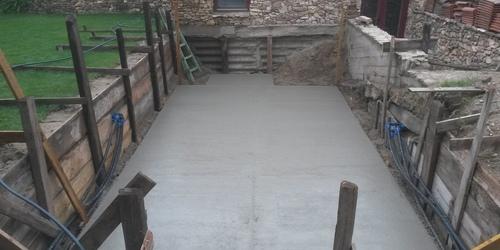 Medence telepítés, vasalt betonlemez