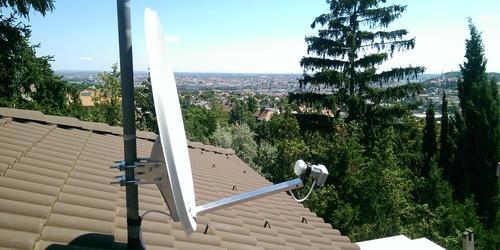 árbócra szerelt műholdvevő antenna