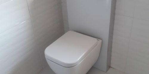 Wellis WC felszerelése felújított lakásban