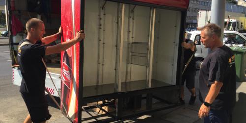 Ipari hűtő/italautomata szállítás a Coca Cola megbízásából.