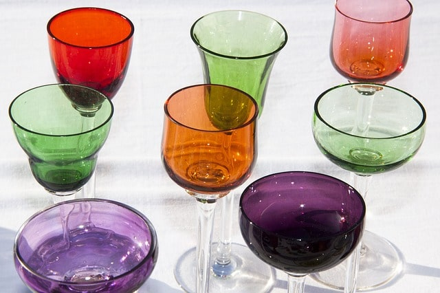 フリーマーケットで販売されているカラフルなグラス