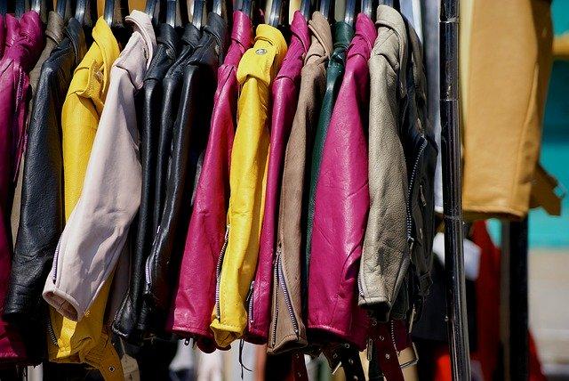 ハンガーにかかったカラフルなジャケット