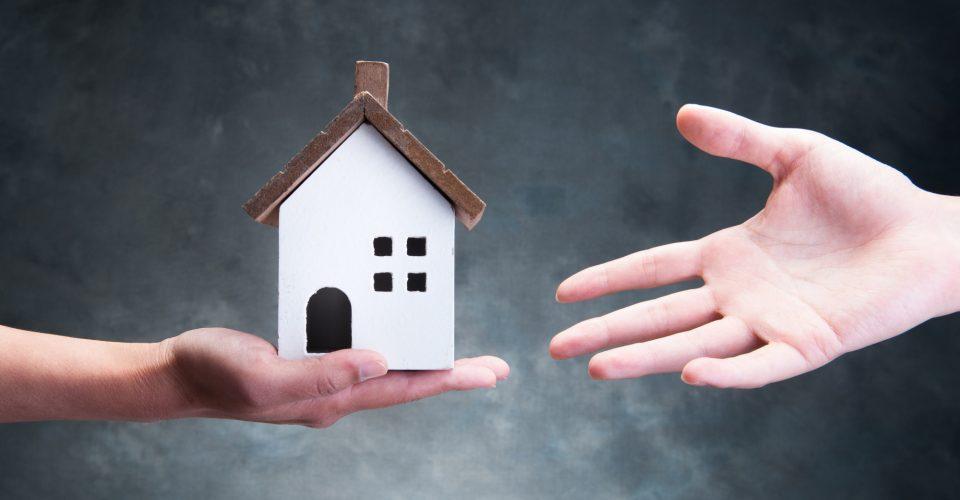 Zijn verhuurders bij renovatieprojecten de wettelijke verhuiskostenvergoeding verschuldigd voor verblijf huurder in een logeer-of wisselwoning?