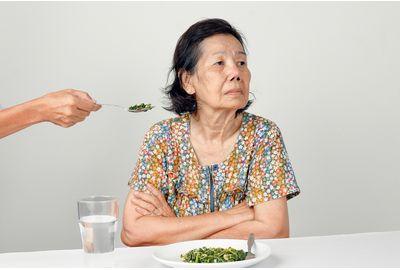 認知症の方が食事しないのはなぜ? 食事拒否の原因と対応方法