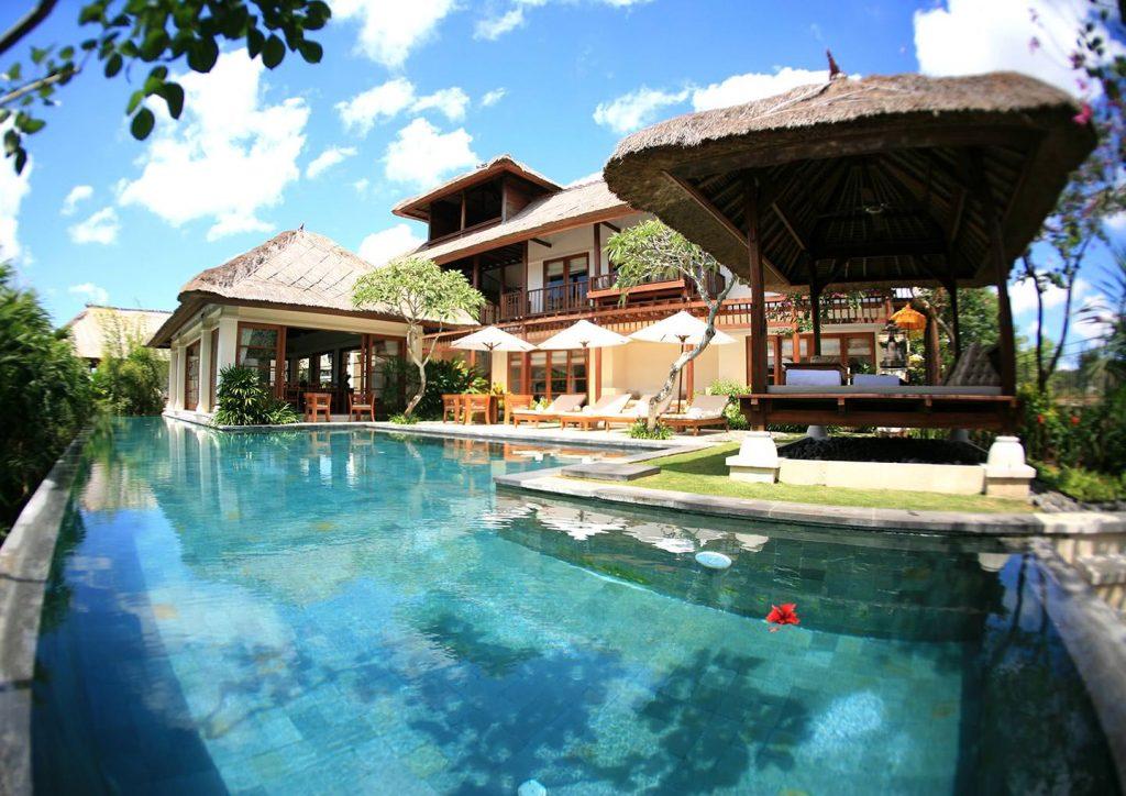 infinity pool of luxury 5 Star Resort in Jimbaran Bay