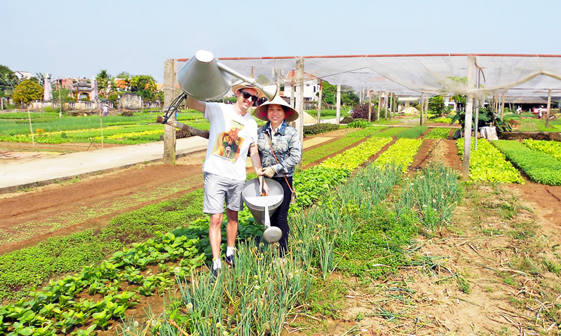 unforgettable moment of karma cay tre Farmer tour vegetable village