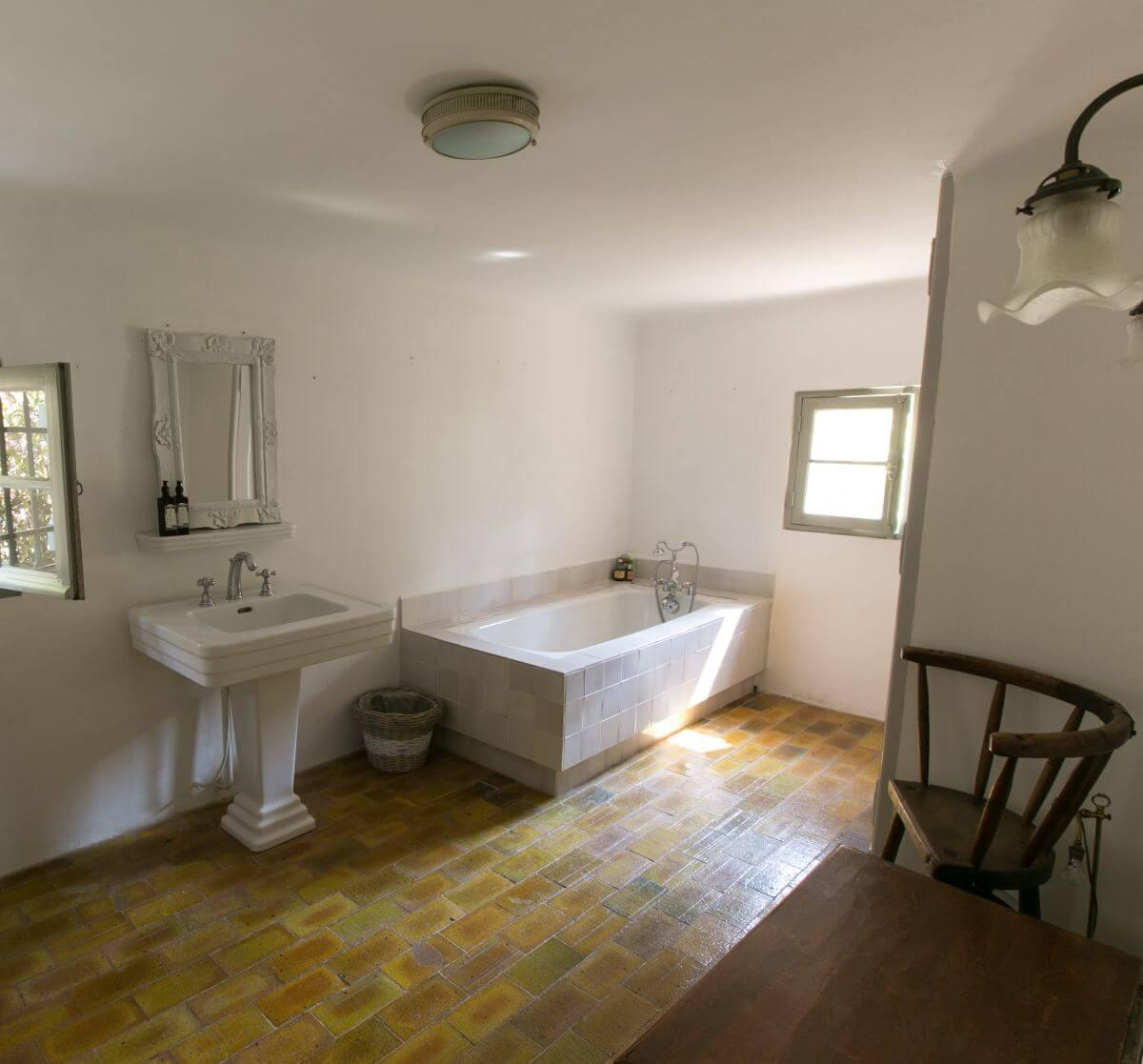 luxury white of Le Preverger Bathroom