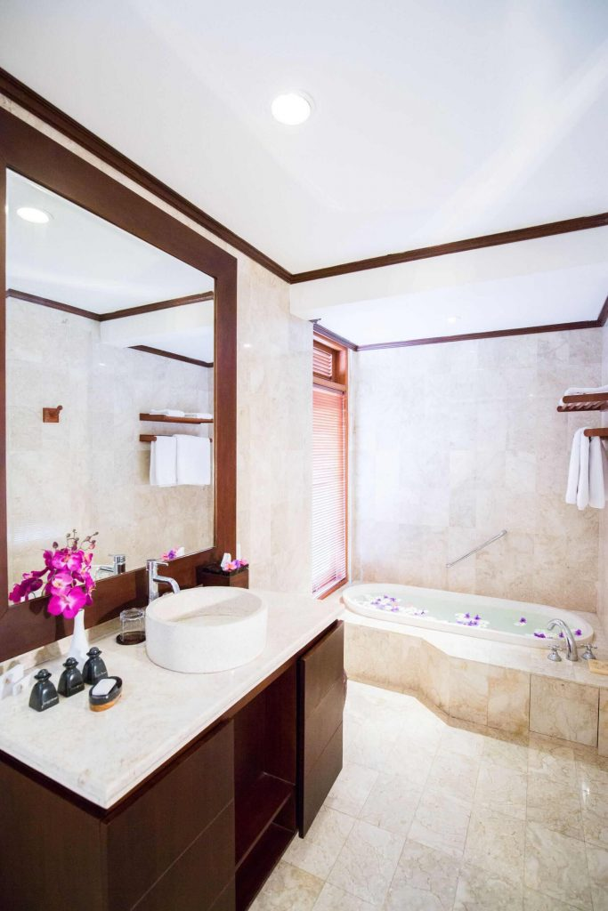 luxury hotel of karma royal jimbaran Apartment Bathroom
