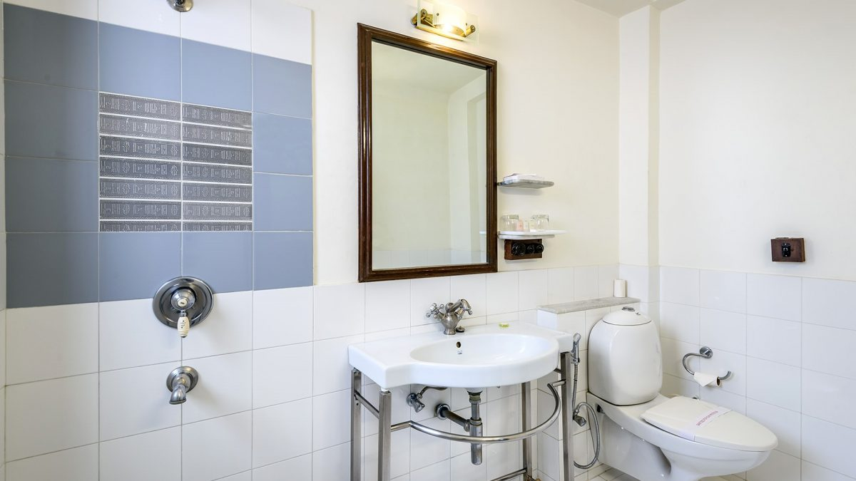 white bathroom, Luxury Hotel Karma Haveli, India