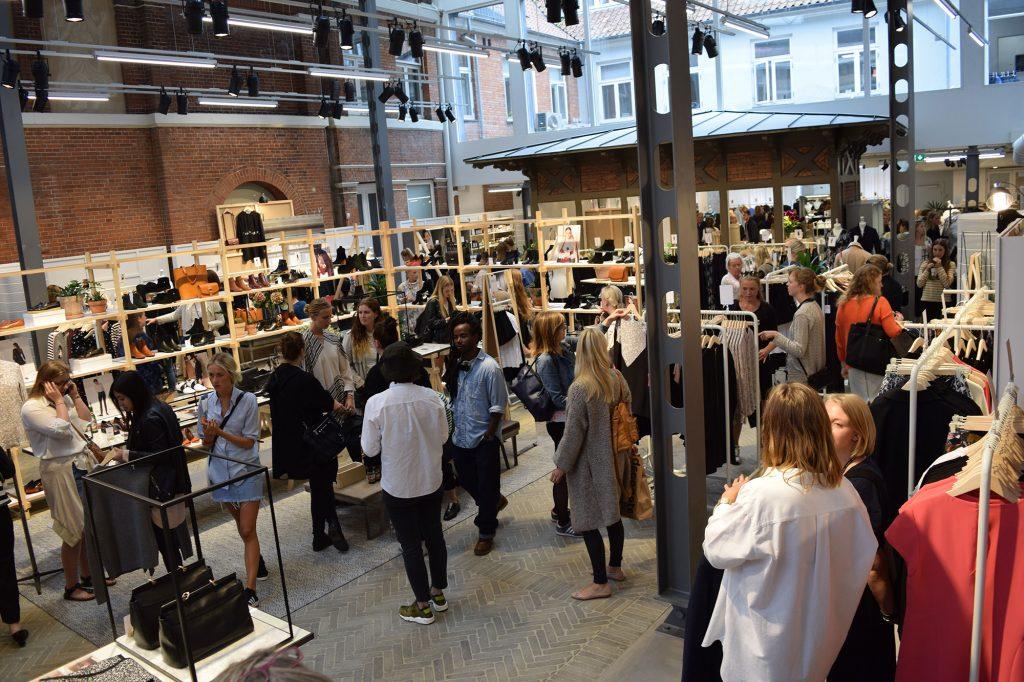469bdab7ece Det visuelle udtryk i butikken virker æstetisk imponerende, så når du  træder ind i butikken, får du en oplevelse af at være i et udendørs  atelier, ...