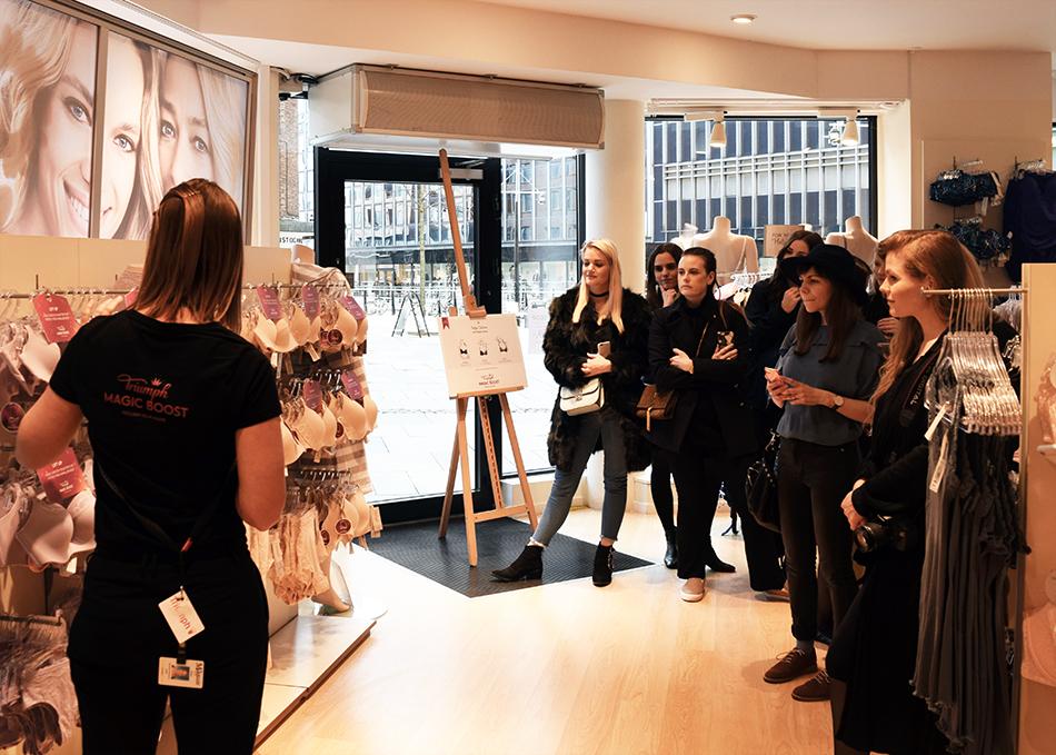 Butikschefen i Triumph, Susanne, forklarer de forskellige modeller.