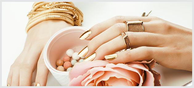 Hænder med guldsmykker