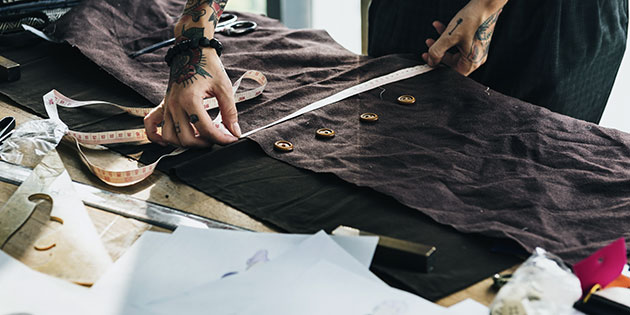 Modedesigner måler op