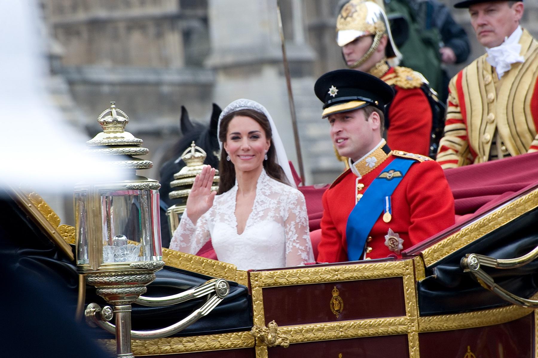 Königliche Brautkleider: Kate Middleton in ihrem wunderschönen Spitzenkleid neben William