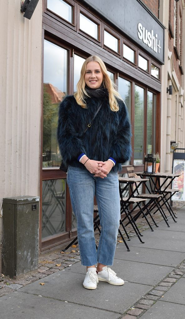 streetstyle danois fourrure bleu, jeans et basket blanches