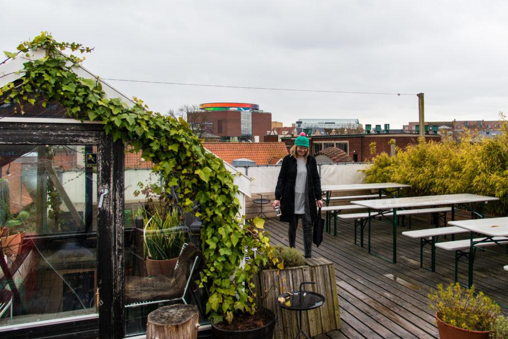 Le toit de Lynfabrikken avec une vue sur les toits d'Aarhus