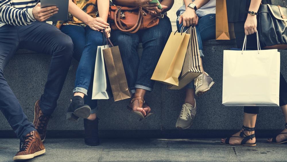 Groupe de gens qui ont fait du shopping