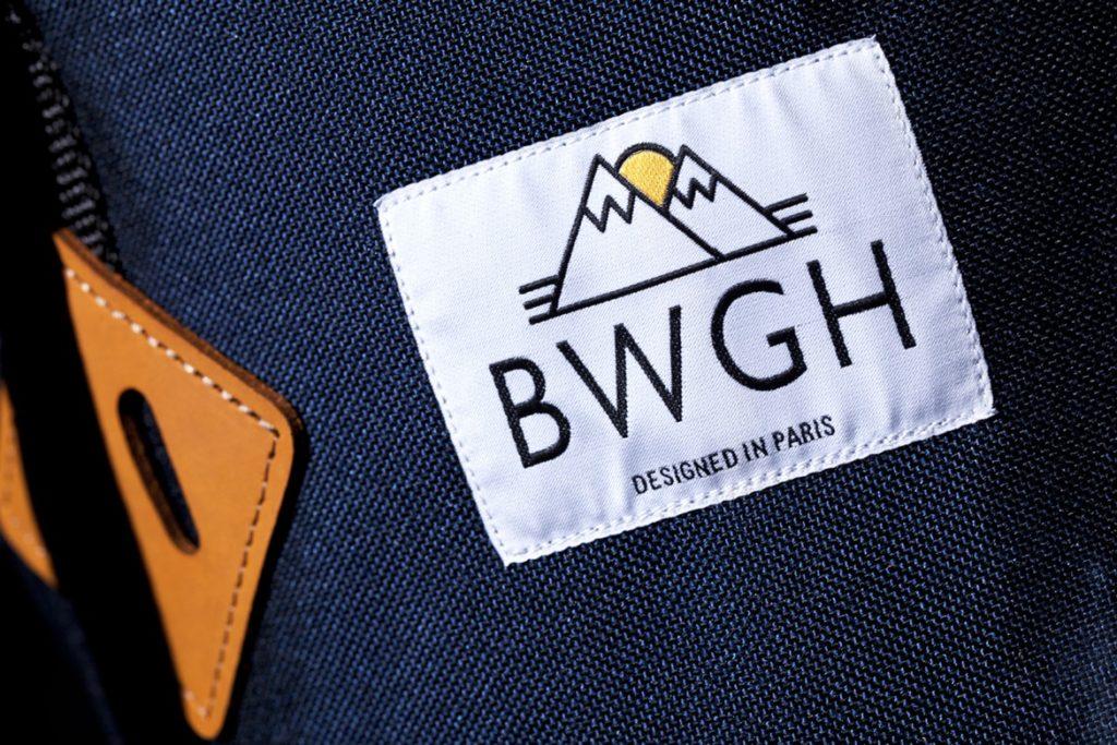 Logo de bwgh sur un label sur un sac à dos
