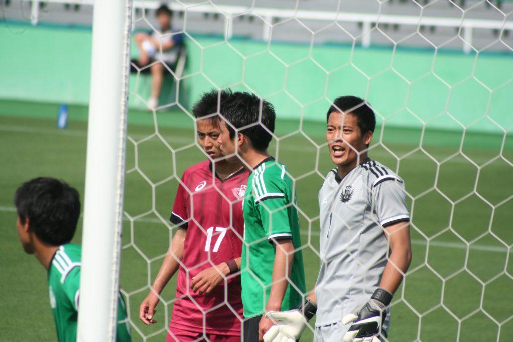 早稲田大のコーナーキック、指示を出す玉永大地選手とゴールを狙う岡田優希選手