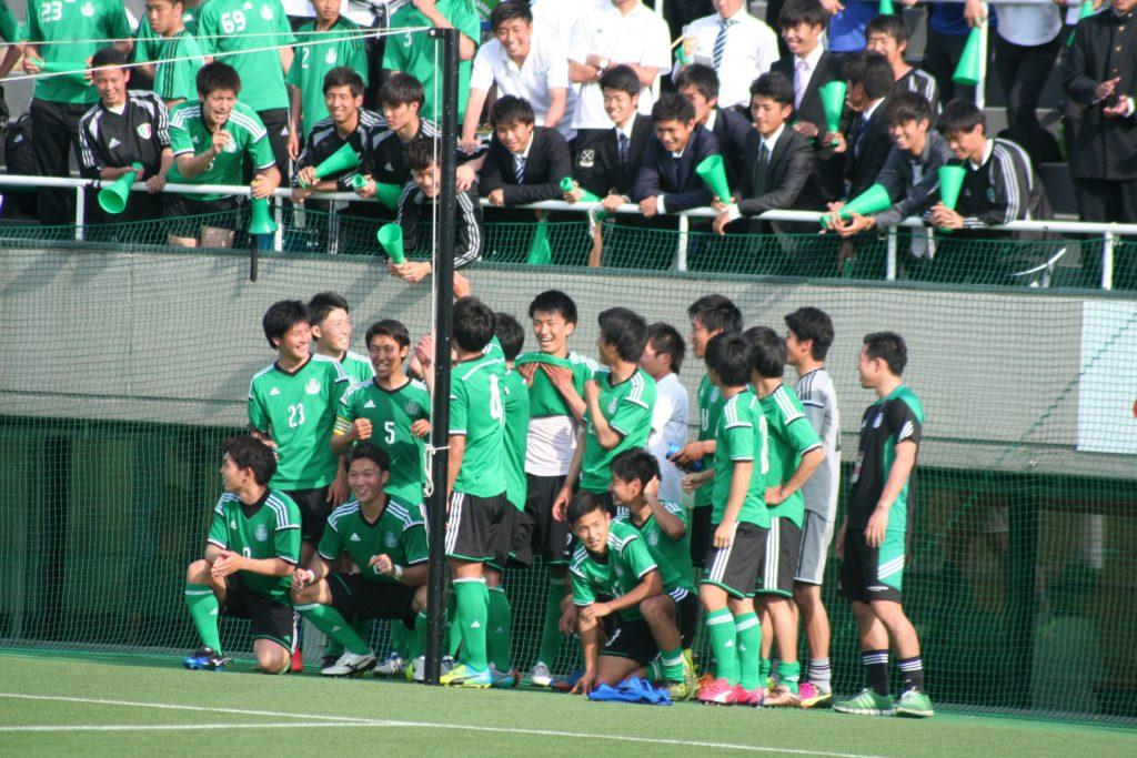 ゴール裏の応援団らと笑顔を見せる専修大の選手たち