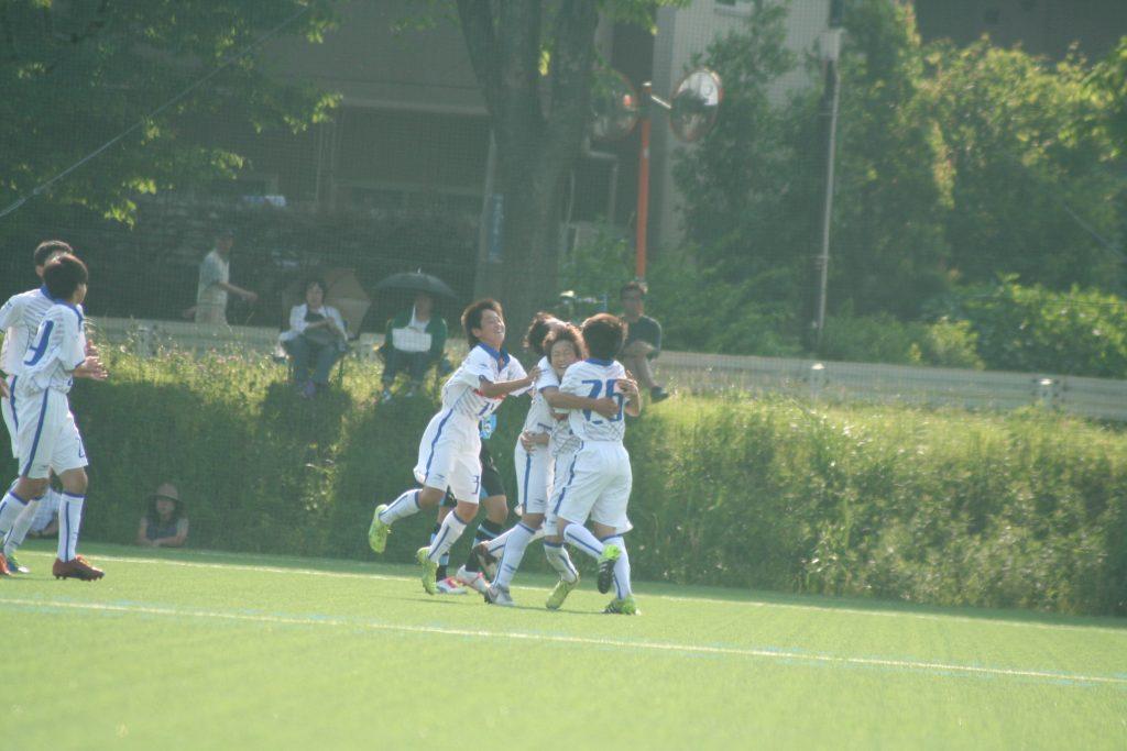 先制点を決めて喜ぶ湘南ベルマーレの選手たち