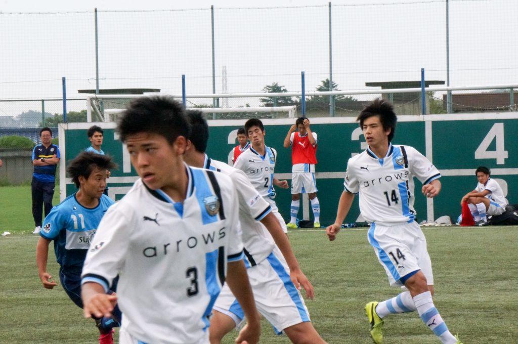 横浜FCの攻勢に備える選手たち
