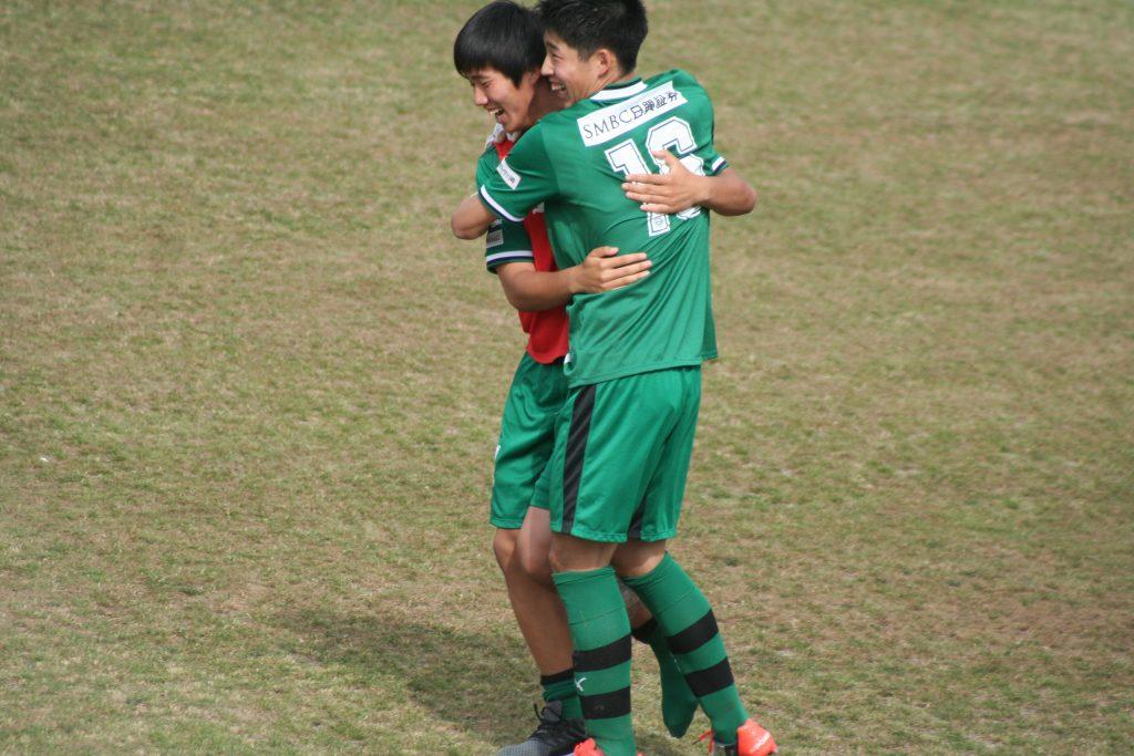 浅川将輝選手と喜びを分かち合う早坂勇希選手