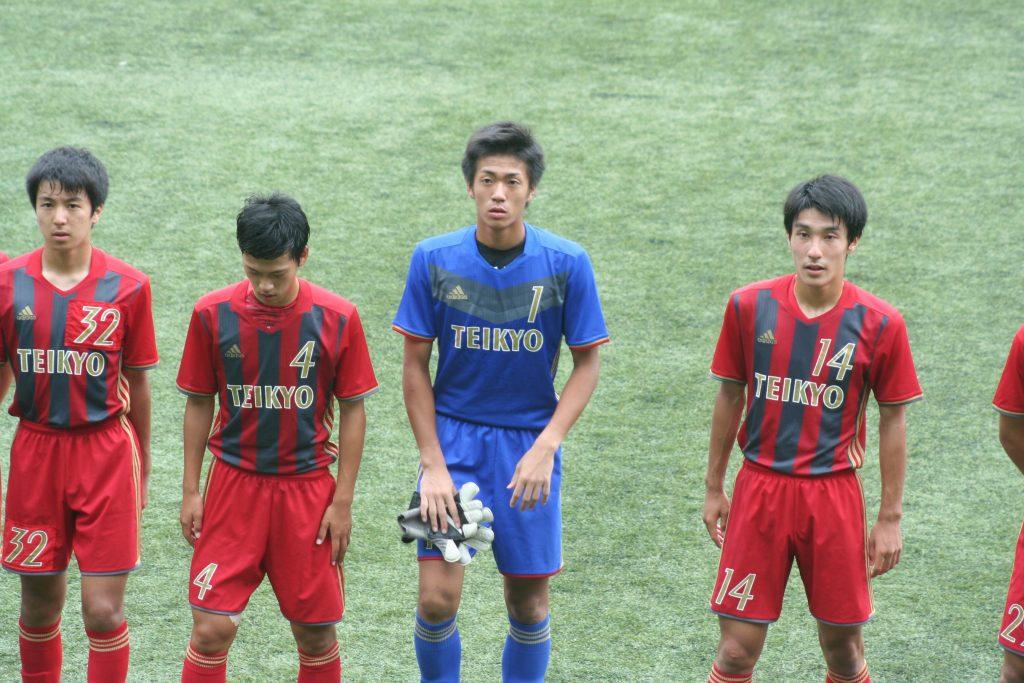 フロンターレ側にあいさつにきた帝京第三の選手たち。GK松本大亮選手のPKストップが光った