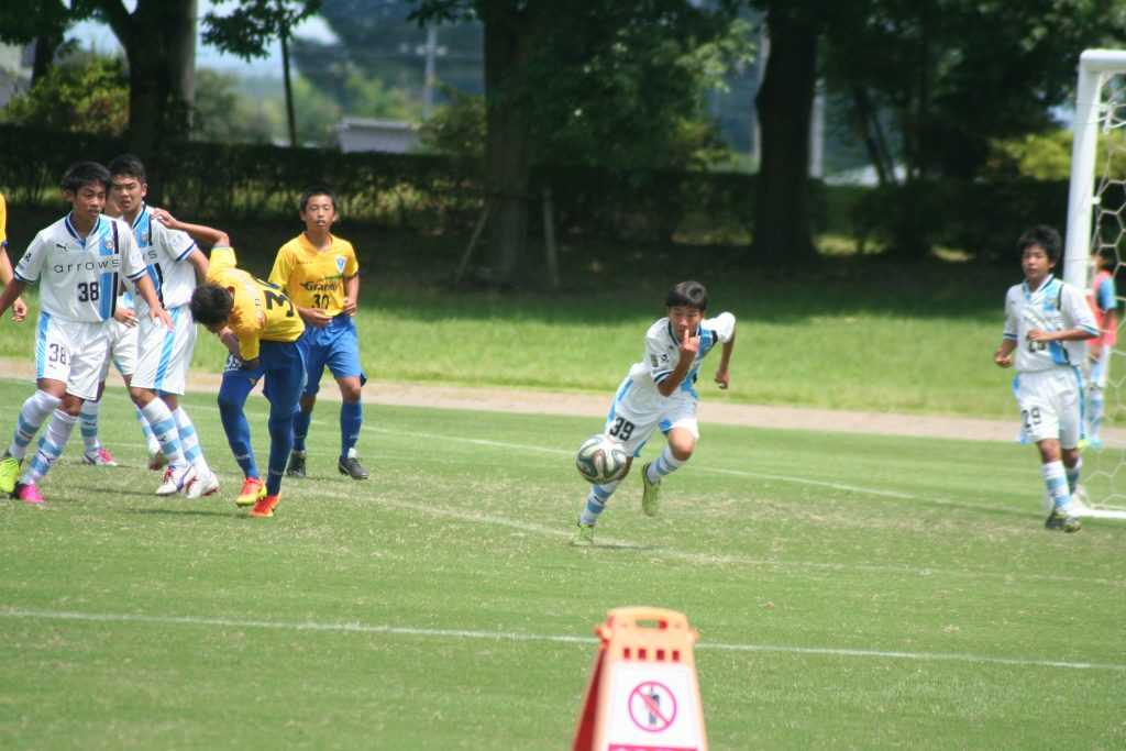 ボールを追う戸澤龍人選手