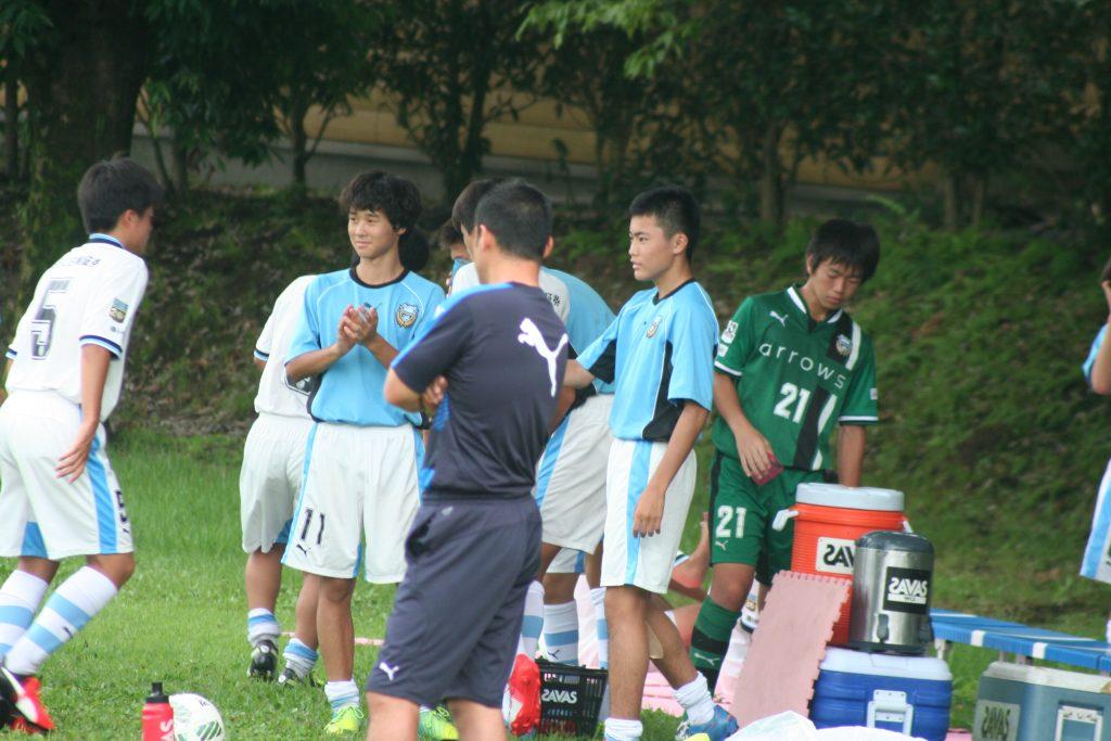 ハーフタイム、選手を迎える有田恵人選手、有山佑汰選手