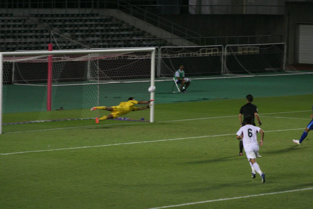 PKを阻む常葉大浜松キャンパスのGK臼井健一郎選手