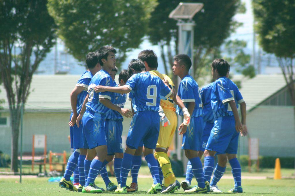 円陣を組む神奈川の選手たち