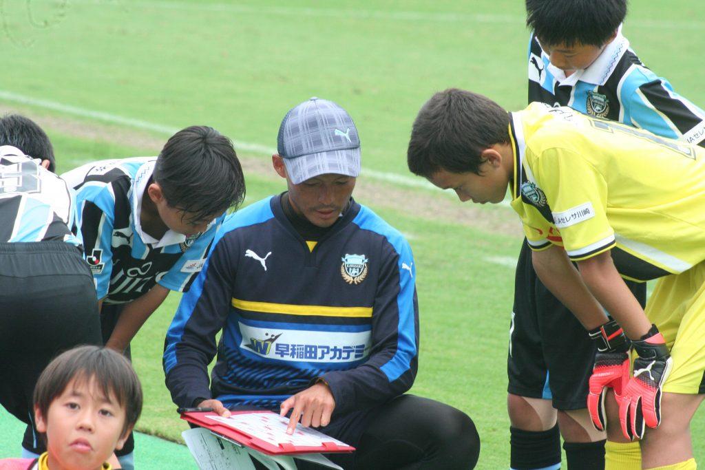 楠田耕太コーチの指示をきく選手たち