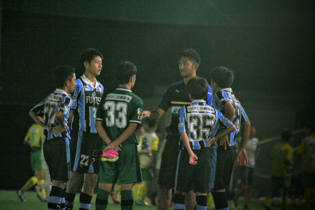 前半を終えて鈴木洋平GKコーチから言葉をかけられる選手たち