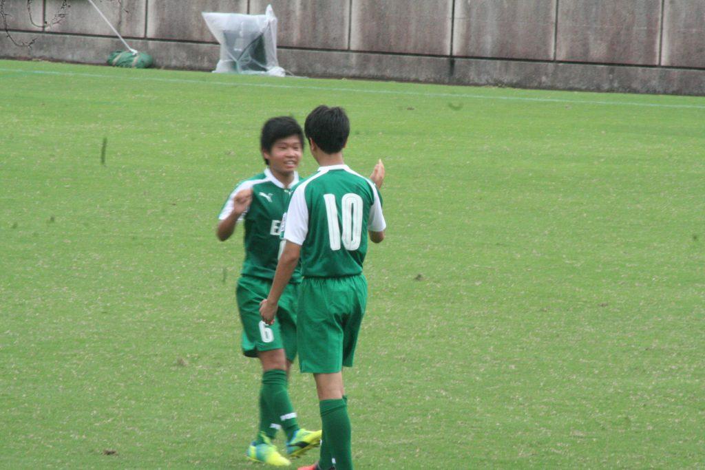 黒川海翔選手とタッチをかわす