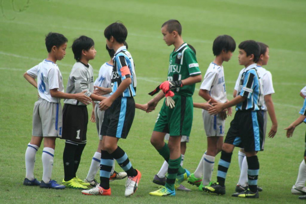 中野島FCの選手たちと握手をかわす