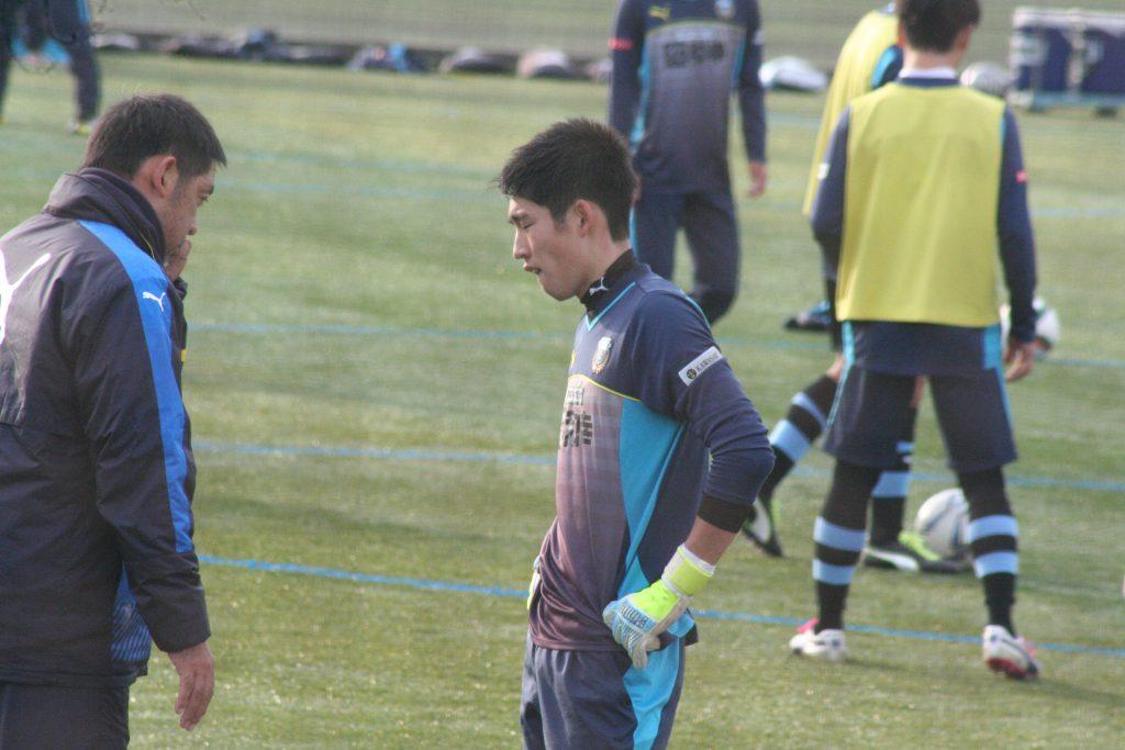 浦上壮史GKコーチから声をかけられる早坂勇希選手