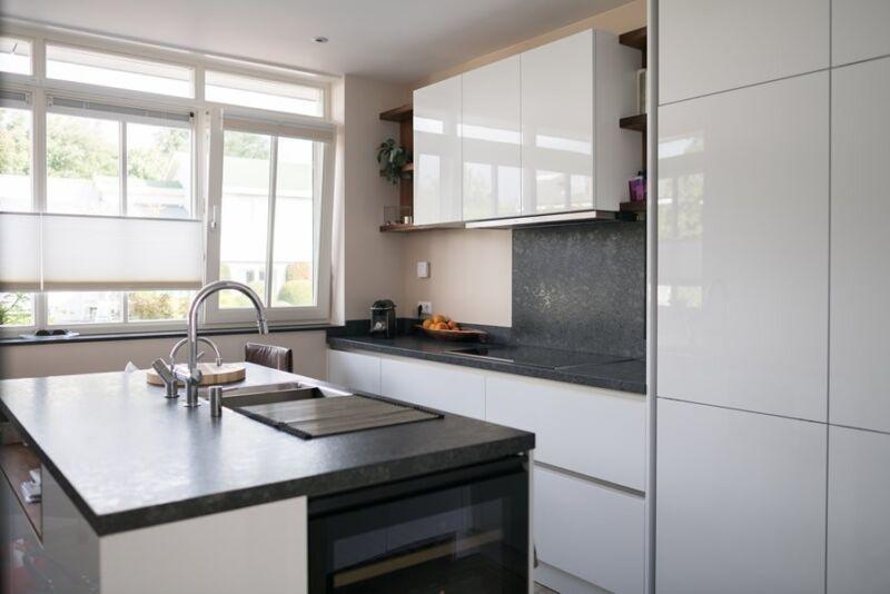 Keukeneiland T Vorm : Keuken met compact keukeneiland binnenkijken keukenstudio