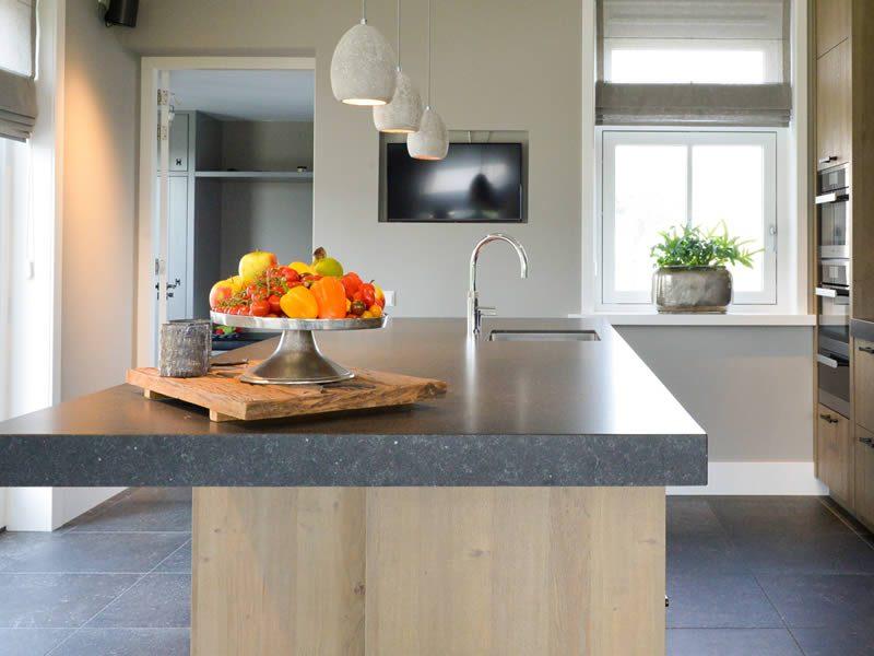 Robuuste houten keuken binnenkijken keukenstudio maassluis