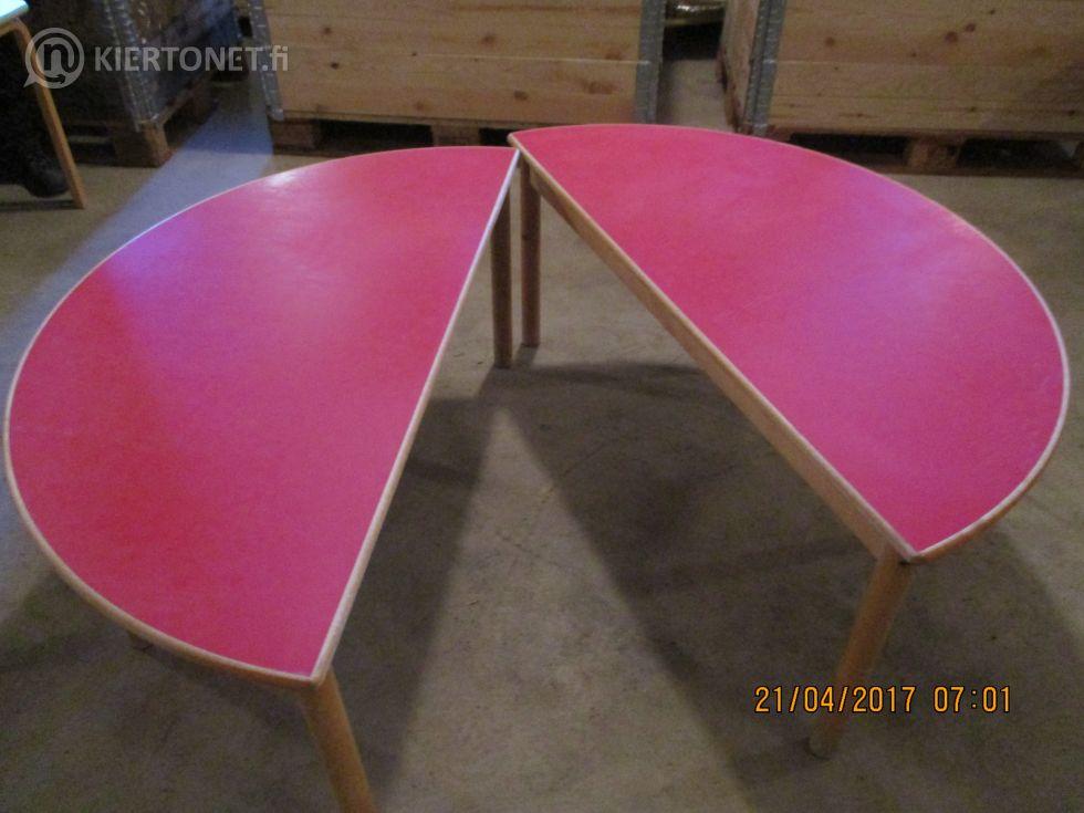 Päiväkodin käytöstä poistettu lastenpöytä