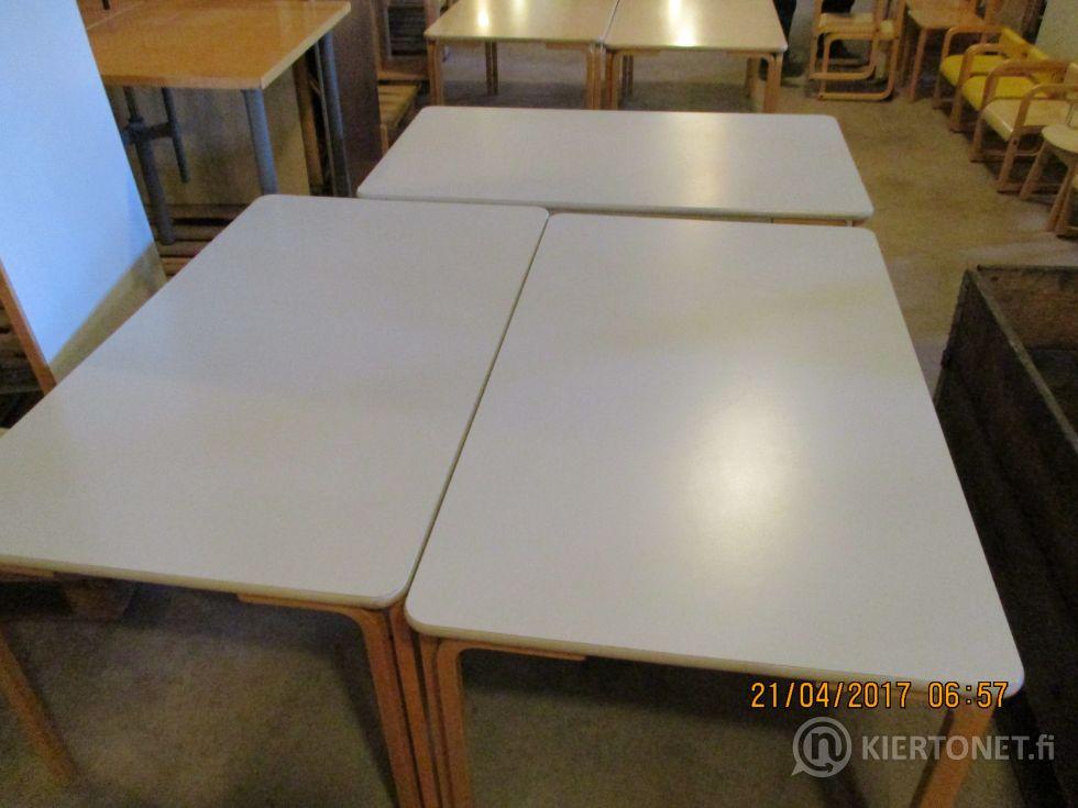 Päiväkodin käytöstä poistettuja lastenpöytiä 3 kpl