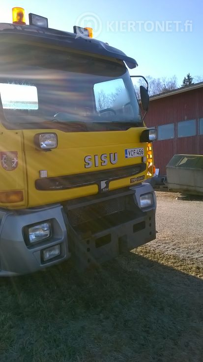 Kuorma-auto Sisu + lisälaitteet.