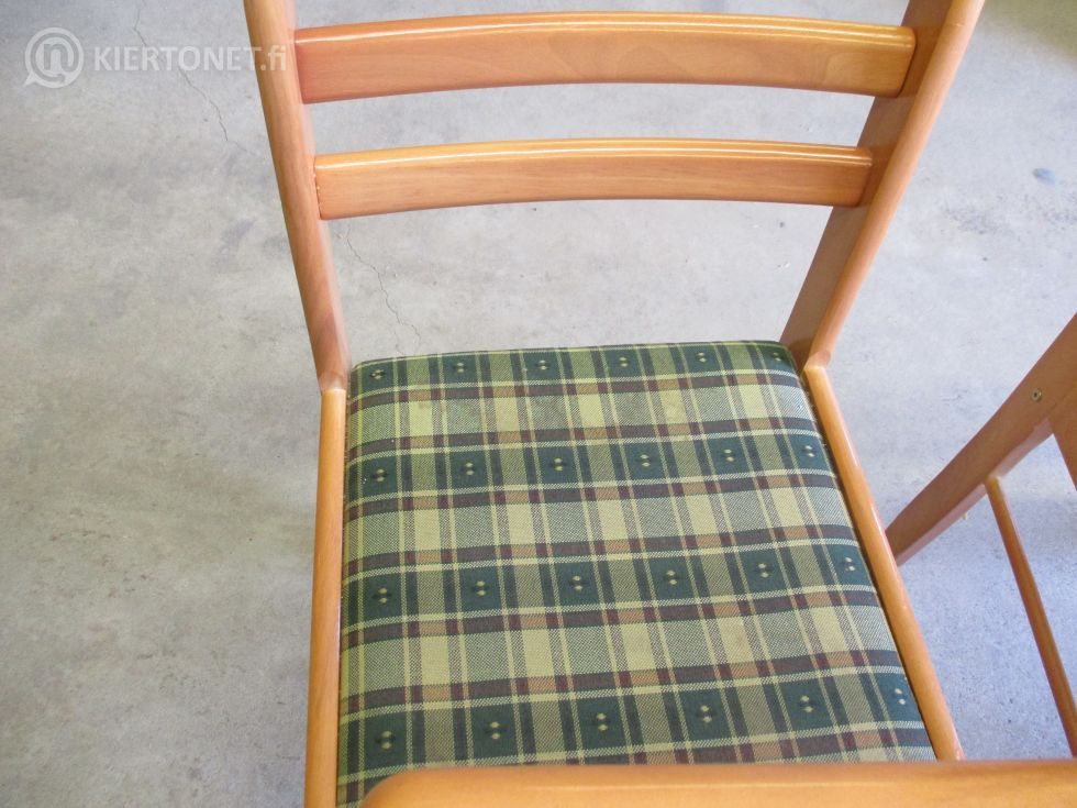Pöytä ja neljä tuolia