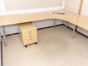Työpöytä ja laatikosto