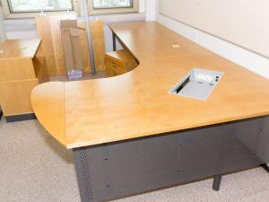 Pöytä ja laatikosto