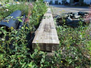 Käytöstä poistettuja liimapuupalkkeja 2 kpl