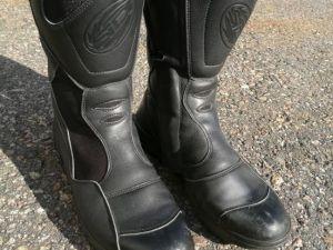 MP varusteet: kengät 44-koko (nro 17)