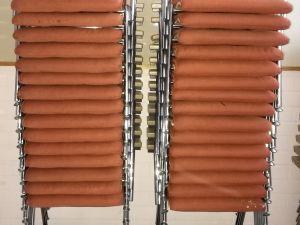 30 käsinojallista pehmustettua tuolia