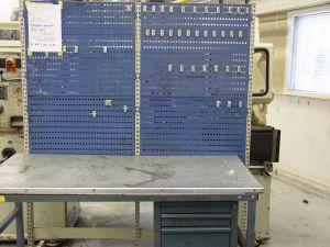 Työpöytä sermillä (KN635)