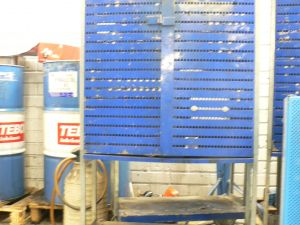 Tum.sininen korkea työkalukaappi jaloilla&rullilla
